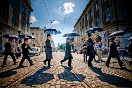 personnages de magritte traversant la rue à Bruxelles