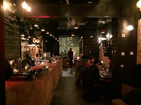 la salle du bar à vin noir à Bruxelles