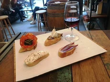 verre de vin et pinchos au Eno Atelier à Bruxelles