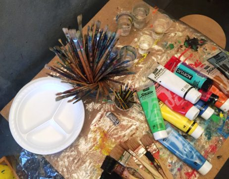 Table avec pinceaux et tubes de peinture