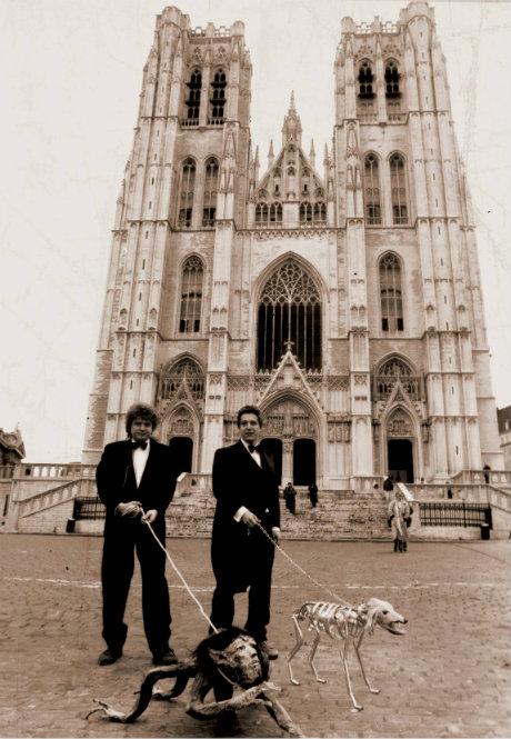 Deux hommes promenant des créatures fantastiques en laisse