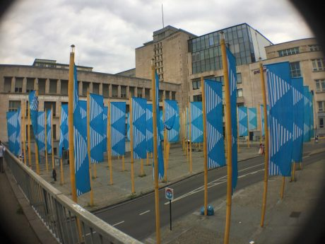 Installation artistique Bleu sur Jaune place de la Justice à Bruxelles