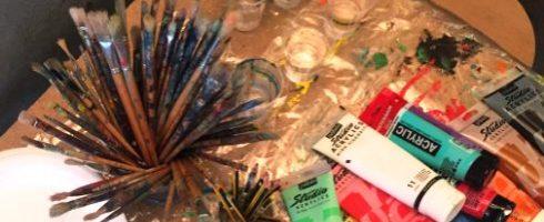 Pinceaux et tubes de peinture